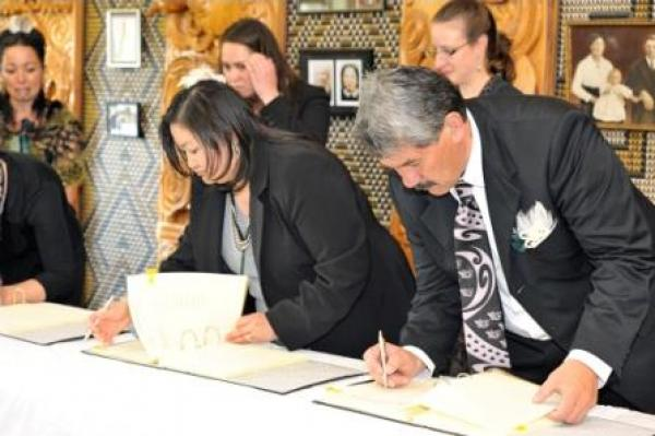 Gallery  - Te Atiawa Trustees signing Te Atiawa's Deed of Settlement<br />